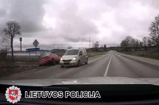 """Nuo pareigūnų sprukusio girto 17-mečio valdomas """"Audi A4"""" nulėkė į griovį (video)"""
