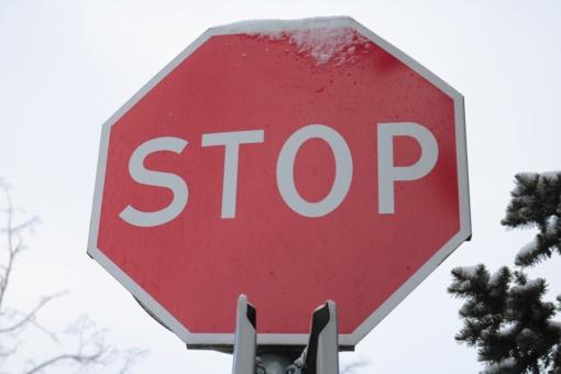 Neblaivus vairuotojas apgadino ženklą ir atitvarą