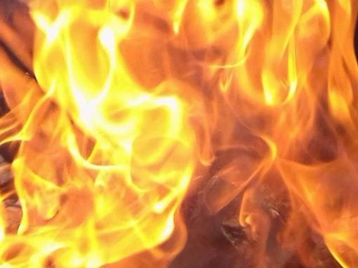 Zarasuose dega medienos apdirbimo įmonės pjuvenų talpa