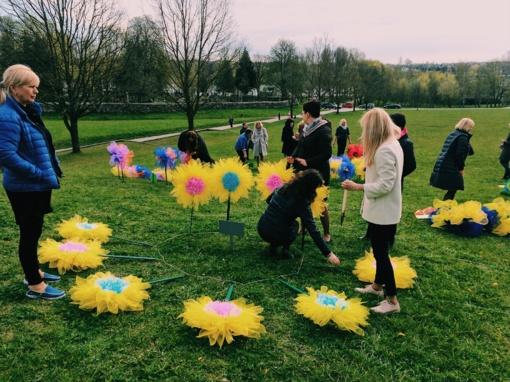 Visos gėlės mamai: spalvotai pražydo Saulės laikrodžio aikštė