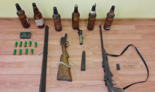 Pareigūnų pergudrauti nepavyko – sužalota ranka atvedė prie draugo nelegalių ginklų