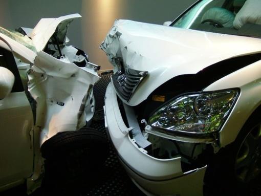 """Neblaivaus vyro vairuojama """"Toyota Avensis"""" atsitrenkė į medį"""