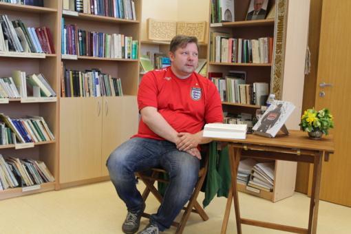 Rašytojas Rimantas Kmita viešėjo Kuršėnų Vytauto Vitkausko bibliotekoje