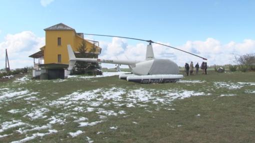 """Stiprus snygis ir vėjas į ūkininkų kiemą """"atpūtė"""" sraigtasparnį (video)"""