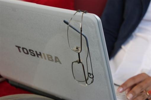 """Sunkumų kamuojama """"Toshiba"""" perspėjo apie galimus didžiulius metinius nuostolius"""