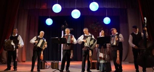 """Kapelos """"Santaka"""" melodijos skambėjo Pilies kaimo bendruomenei"""
