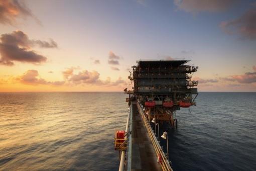 Vyriausybė siūlo Seimui peržiūrėti prekybos nafta griežtinimą