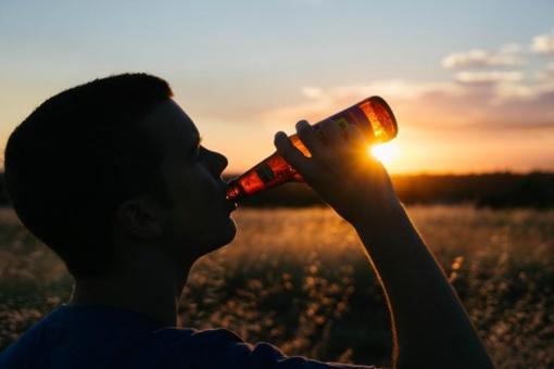 Seimas linkęs neleisti 18-mečiams įsigyti ir vartoti alkoholį