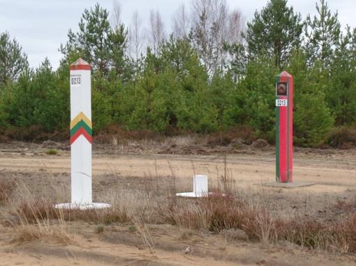 Kabelių pasieniečiai miške aptiko 3 tūkst. pakelių baltarusiškų rūkalų
