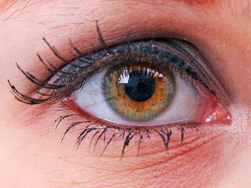 Išmaniųjų įrenginių skleidžiama mėlyna šviesa grasina pavojinga akių liga