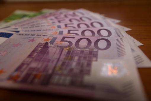 Moterų vidutinis darbo užmokestis Lietuvoje toliau atsilieka nuo vyrų algų