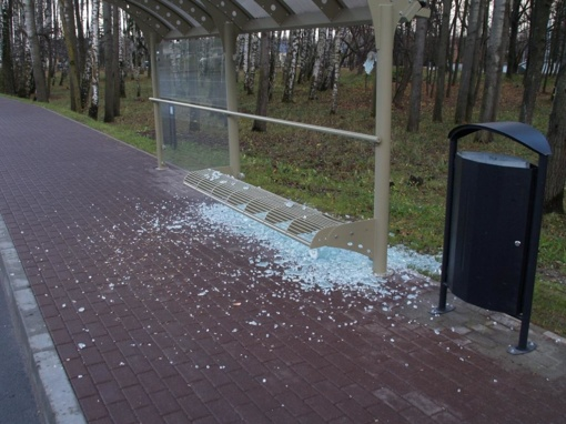 Išaiškintas ir teismui perduotas Mažeikiuose savadarbiu sprogmeniu autobusų stotelę sprogdinęs vyras