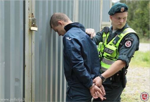 Varėnos rajone pasipriešinę pareigūnams sulaikytieji sulaužė elektros impulsinį prietaisą