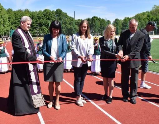 Atidarytas atsinaujinęs Gargždų miesto stadionas