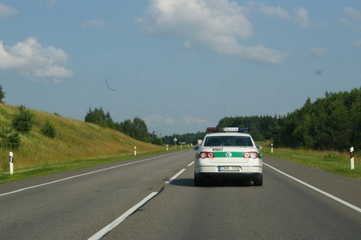 Lazdijų rajone nuo kelio nuvažiavus policijos automobiliui nukentėjo pareigūnas