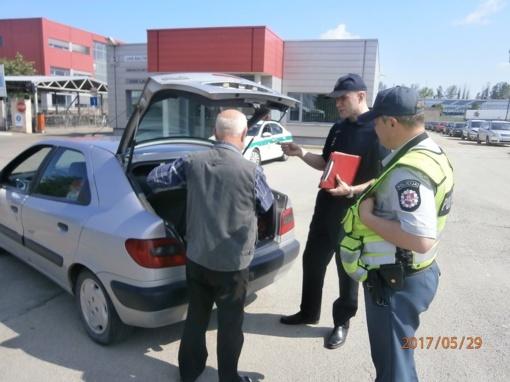 Pareigūnai tikrino, ar vairuotojai turi gesintuvus