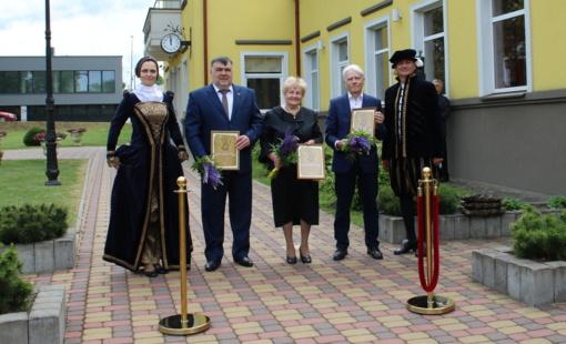 """Lazdijų kultūros centro kiemelyje atidaryta """"Kultūros delnų"""" alėja"""