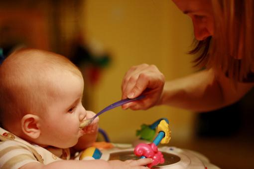 Kodėl derėtų nustoti kūdikius lepinti užkandžiais iš mažų pakelių