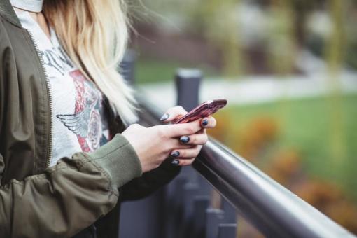 Priklausomybės kaina: kas šeštas telefono naudotojas yra atsitrenkęs ar pargriuvęs