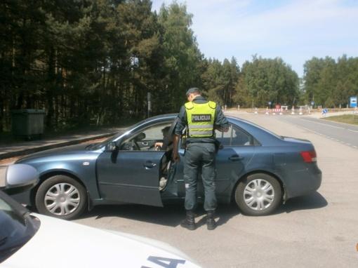 Patrulių savaitgalis - nuo sovietinės simbolikos dėvėtojų iki neblaivių vairuotojų griovyje