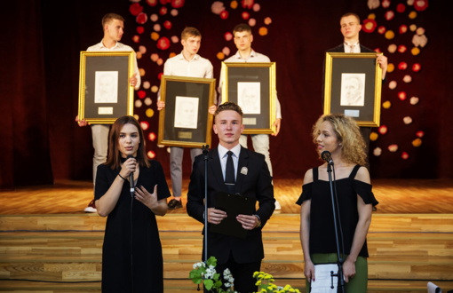 Abiturientų dovana gimnazijai– keturių signatarų portretai