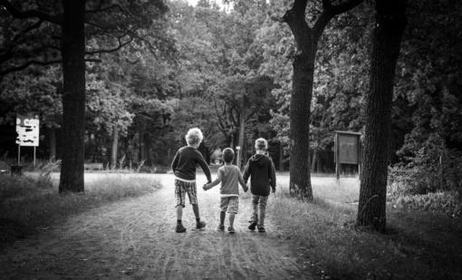Iš girtaujančio tėvo paimti ir globai perduoti 3 vaikai