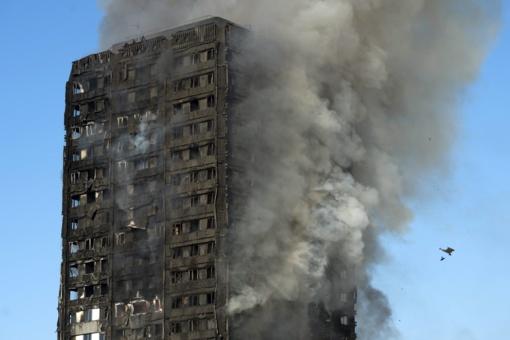 Per gaisrą Londono daugiabutyje žuvusių žmonių skaičius išaugo iki 12