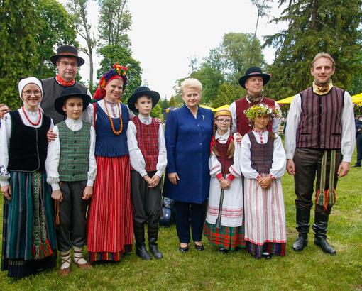 Prezidentė Vidurvasario šventėje dėkojo puoselėjantiems gražią vasaros tradiciją