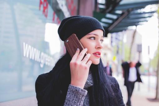 Siūloma uždrausti pėstiesiems naudotis mobiliaisiais telefonais perėjose