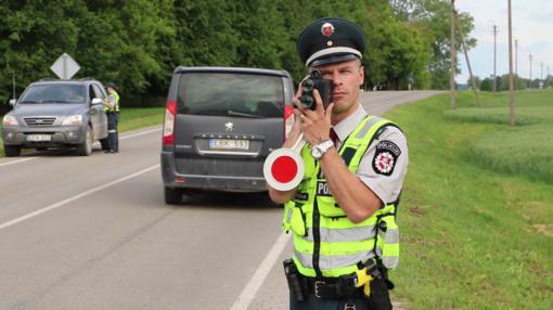 Reide - mašiną stumiantys policininkai, 73 km/h viršytas greitis ir girtas vairuotojas (VIDEO)