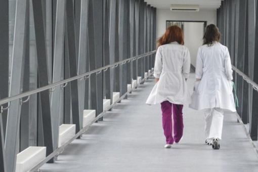 Socialdemokratai: visi medikai, dirbantys per karantiną, turi gauti priedus