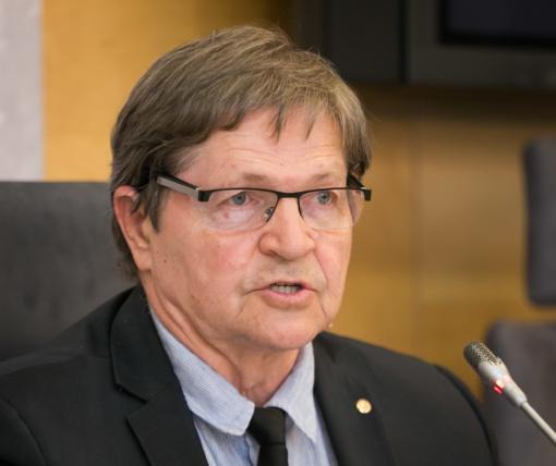 Siūloma pareikšti nepasitikėjimą Seimo komiteto pirmininku E. Jovaiša