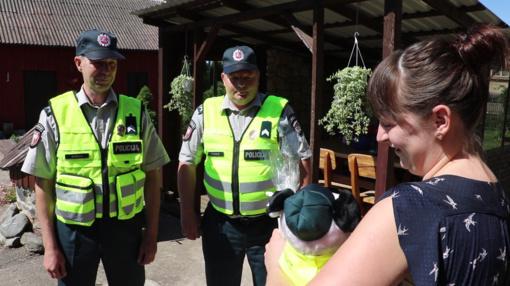 Į gimdymą su švyturėliais lydėję pareigūnai aplankė mažylį (GALERIJA, VIDEO)