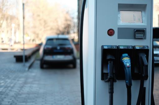 Link modernumo: Šiauliuose atsiras daugiau elektromobilių įkrovimo stotelių