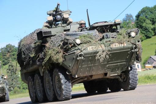 Per pratybas karių automobilis nuvažiavo nuo kelio