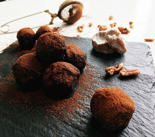 Datulių ir riešutų sviesto šokoladiniai triufeliai