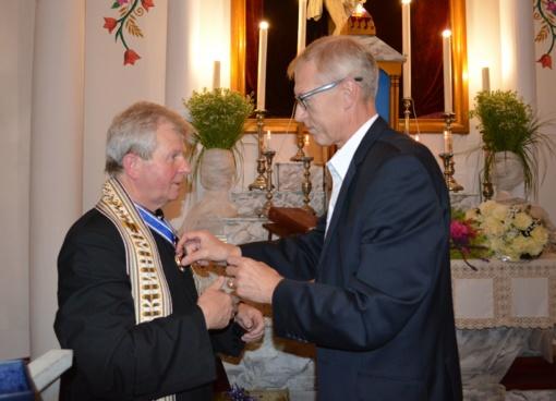 """Jubiliejaus proga kunigas Pranciškus Čivilis apdovanotas ženklu """"Už nuopelnus Varėnos kraštui"""""""
