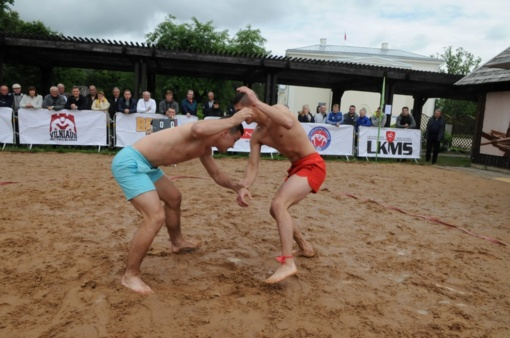 Paplūdimio imtynių nugalėtojai paaiškėjo pliaupiant lietui (FOTO)