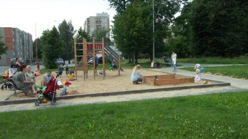 Vaikų žaidimų aikštelės dergia beglobiai gyvūnai?