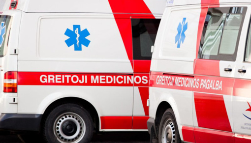Vilkaviškio rajone automobilis įvažiavo į medį: yra nukentėjusių