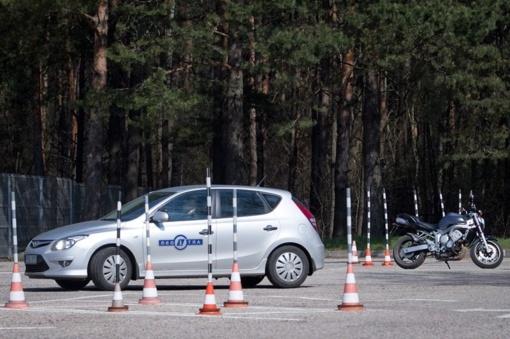 Atsisakoma vairavimo egzamino pratimų aikštelėje