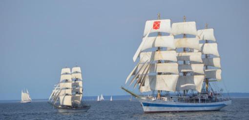"""Karinių jūrų pajėgų laivas """"Dzūkas"""" davė startą """"The Tall Ships Races"""" regatai"""