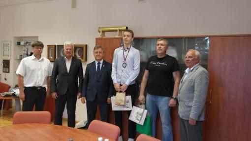 Pasveikintas Europos jaunių krepšinio čempionato III vietos laimėtojas E. Venskus ir jo treneris Ž. Kačinskas