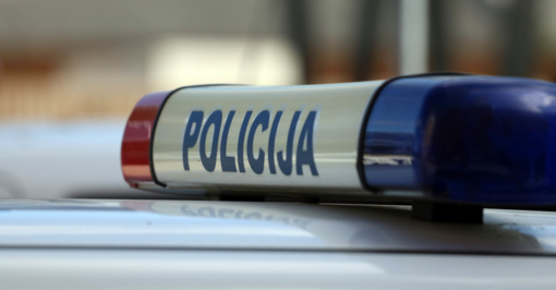 Nežymėtas policijos automobilis Vilniuje susidūrė su motociklu