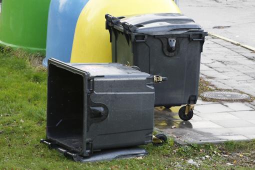 Padegė šiukšlių konteinerius ir tualetą