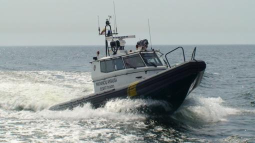 Kuršių mariose pasieniečiai gelbėjo ant seklumos užplaukusios jachtos keleivius