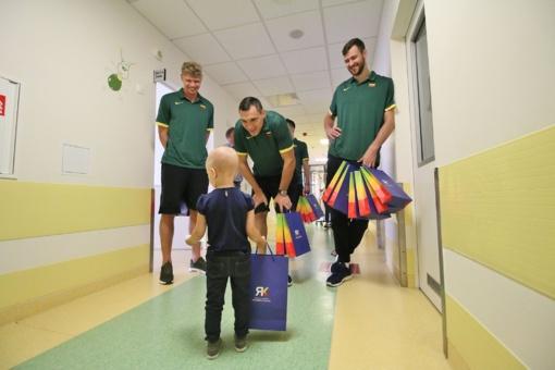 Lietuvos krepšinio rinktinės žaidėjai aplankė sunkiai sergančius vaikus
