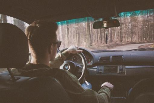 Paradoksas kelyje: jauni vairuotojai dėl taisyklių jaudinasi labiausiai, bet jas laužo dažniausiai