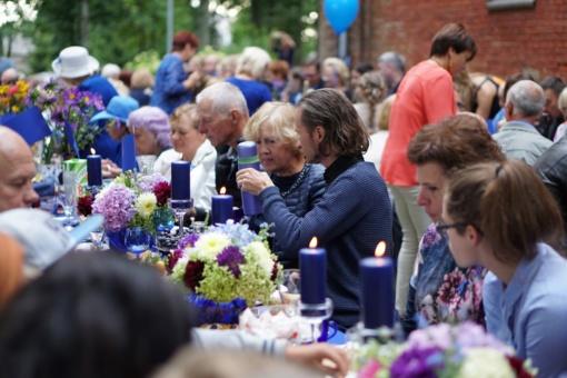 """Elegantiškai švenčia ne tik didmiesčiai: Saugų kaime įvyko stilinga """"Mėlynoji vakarienė"""""""