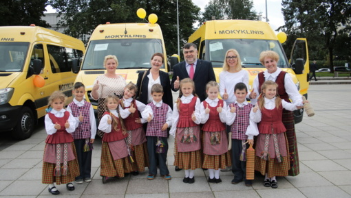 Lazdijų rajono savivaldybės atstovai dalyvavo geltonųjų autobusiukų perdavimo ceremonijoje